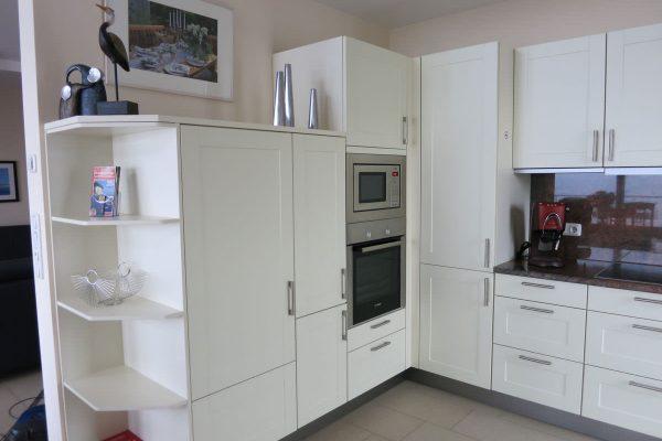 Küchezeile mit Herd, Ofen und Microwelle einer Ferienwohnung der Rügen-Star Appartements in Sassnitz auf der Insel Rügen.