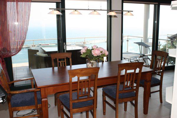 Ostseeblick vom Esstisch des Wohnzimmers einer Ferienwohnung der Rügen-Star Appartements auf der Insel Rügen.