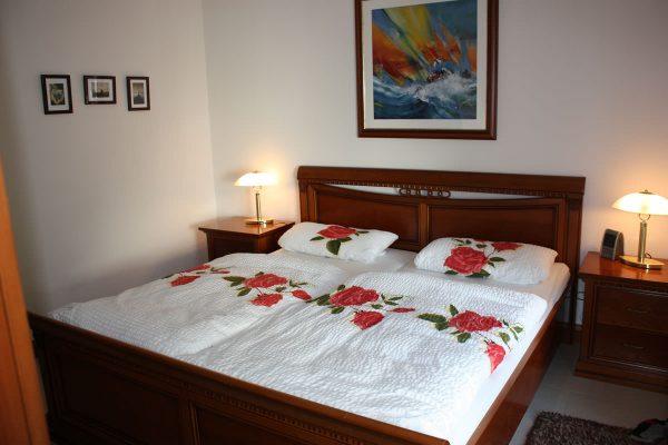 Bett im Schlafzimmer der Rügen-Star Appartements in Sassnitz auf der Insel Rügen.