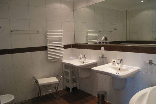 Bad mit moderner Einrichtung in einer Ferienwohnung der Rügen-Star Appartements in Sassnitz auf der Insel Rügen.