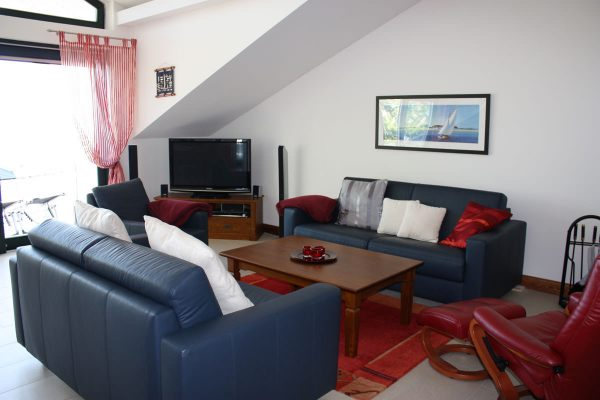 Wohnbereich mit TV der Rügen-Star Ferienwohnung von Sassnitz auf der Insel Rügen.