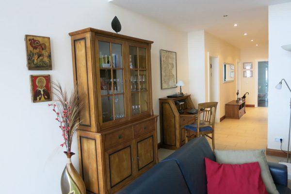 Wohnzimmer mit Couch und Schreibtisch der Rügen-Star Appartements in Sassnitz auf der Insel Rügen.